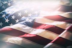 flagga USA amerikanska flaggan Amerikanska flaggan som blåser vind Närbild härlig för studiokvinna för par dans skjutit barn Arkivbild