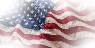 flagga USA amerikanska flaggan Amerikanska flaggan som blåser i linda Royaltyfri Foto