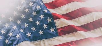 flagga USA amerikanska flaggan Amerikanska flaggan som blåser i linda Royaltyfria Bilder