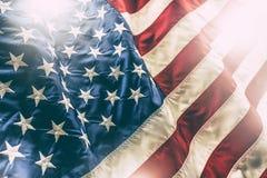 flagga USA amerikanska flaggan Amerikanska flaggan som blåser i linda Arkivbild