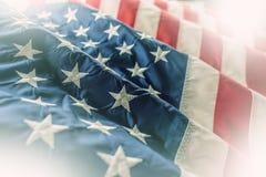 flagga USA amerikanska flaggan Amerikanska flaggan som blåser i linda Arkivfoton