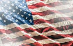 flagga USA amerikanska flaggan Amerikanska flaggan som blåser i linda Arkivbilder