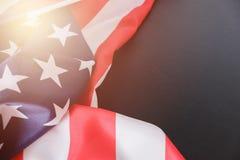 flagga USA amerikanska flaggan Amerikanska flaggan som blåser vind Närbild härlig för studiokvinna för par dans skjutit barn Royaltyfria Bilder