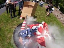 FlaggaBurining ceremoni Arkivbild