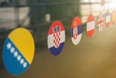 Flaggaklistermärkear på fönster royaltyfri bild