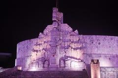 Flaggamonument på natten i Merida Yucatan Royaltyfri Foto