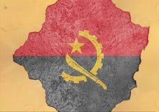 Flaggan av Angola i stor bruten materialbetong knäckte hålfasaden Royaltyfri Fotografi