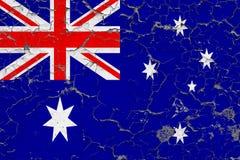 Flaggan av Australien målade på den spruckna smutsiga väggen Nationell modell p? tappningstilyttersida fotografering för bildbyråer