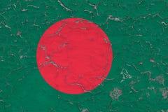Flaggan av Bangladesh målade på den spruckna smutsiga väggen Nationell modell p? tappningstilyttersida royaltyfri foto