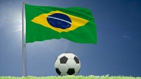 Flaggan av Brasilien att fladdra och en fotboll rullar på gräsmattan, 3d tolkningen, längd i fot räknat 4k