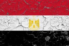 Flaggan av Egypten målade på den spruckna smutsiga väggen Nationell modell p? tappningstilyttersida royaltyfria bilder