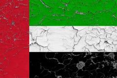 Flaggan av Förenade Arabemiraten målade på den spruckna smutsiga väggen Nationell modell p? tappningstilyttersida stock illustrationer
