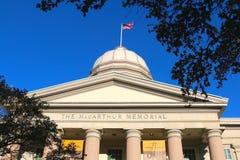Flaggan av Förenta staterna vinkar uppe på MacArthur den minnes- museummitten i Norfolk, Virginia Arkivbilder