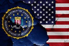 Flaggan av FBI och USA målade på den spruckna väggen Royaltyfria Bilder