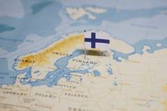 Flaggan av Finland i världskartan royaltyfri foto