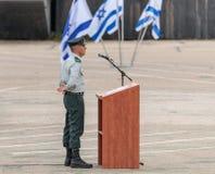 Flaggan av IDFEN står nära podiet på bildandet i stupad minnes- monument för teknikkår i Mishmar David, Israel Fotografering för Bildbyråer