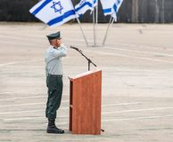 Flaggan av IDFEN står nära podiet på bildandet i stupad minnes- monument för teknikkår i Mishmar David, Israel Arkivfoto