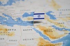 Flaggan av Israel i världskartan royaltyfri foto