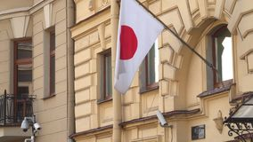 Flaggan av Japan på byggnaden av den allmänna konsulatet av Japan i St Petersburg Royaltyfria Foton