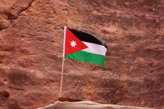 Flaggan av Jordanien i Petra för forntida stad royaltyfri foto