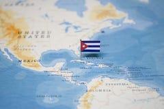 Flaggan av Kuba i världskartan royaltyfria bilder