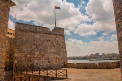Flaggan av Kuban framkallar i vinden castillo del fyr morro Den gammala fästningen havana Royaltyfria Bilder