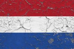 Flaggan av Nederländerna målade på den spruckna smutsiga väggen Nationell modell p? tappningstilyttersida stock illustrationer