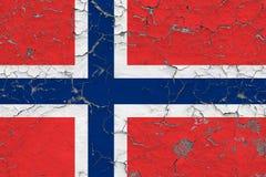 Flaggan av Norge målade på den spruckna smutsiga väggen Nationell modell p? tappningstilyttersida royaltyfri illustrationer