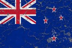 Flaggan av Nya Zeeland målade på den spruckna smutsiga väggen Nationell modell p? tappningstilyttersida stock illustrationer