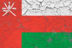 Flaggan av Oman målade på den spruckna smutsiga väggen Nationell modell p? tappningstilyttersida royaltyfri illustrationer