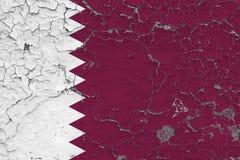 Flaggan av Qatar målade på den spruckna smutsiga väggen Nationell modell p? tappningstilyttersida royaltyfri illustrationer