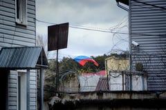Flaggan av Ryssland på bakgrunden av staketet Fotografering för Bildbyråer