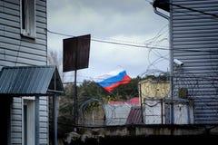 Flaggan av Ryssland på bakgrunden av staketet Royaltyfri Bild