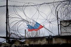 Flaggan av Ryssland på bakgrunden av staketet Arkivbilder