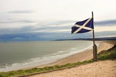 Flaggan av Skottland i St Cyrus Beach royaltyfria foton