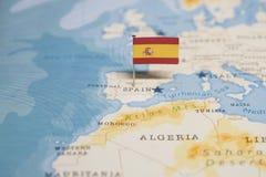 Flaggan av Spanien i världskartan fotografering för bildbyråer