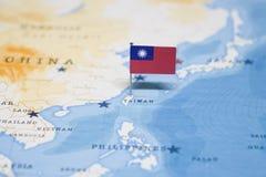 Flaggan av taiwan i världskartan royaltyfria bilder