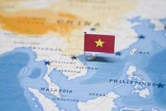 Flaggan av Vietnam i världskartan fotografering för bildbyråer