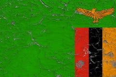 Flaggan av Zambia målade på den spruckna smutsiga väggen Nationell modell p? tappningstilyttersida royaltyfri illustrationer