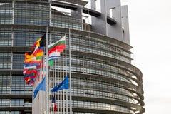 Flaggan för europeiska fackliga flaggor och Frankrike flyger på halva stången Fotografering för Bildbyråer