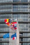 Flaggan för europeiska fackliga flaggor och Frankrike flyger på halva stången Arkivfoton