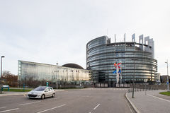 Flaggan för europeiska fackliga flaggor och Frankrike flyger på halva stången Royaltyfria Bilder