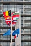 Flaggan för europeiska fackliga flaggor och Frankrike flyger på halva stången Arkivbild