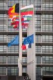 Flaggan för europeiska fackliga flaggor och Frankrike flyger på halva stången Arkivbilder
