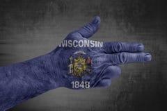 Flaggan för USA-staten av Wisconsin målade på den manliga handen som ett vapen royaltyfri foto