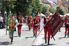 Flaggan fladdrar och musikbandet Arkivbilder