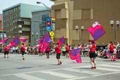 Flaggan fladdrar på Columbus som glad STOLTHET ståtar Royaltyfria Bilder