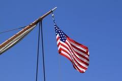 flaggan seglar shipen USA Arkivfoto