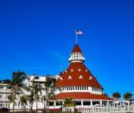 Flaggan uppe på hotellet Del Coronado royaltyfri foto