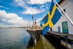 FlaggaOS Sverige som blåser i bris. Arkivfoton